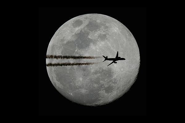 Plane in front of the moon - Boeing 757